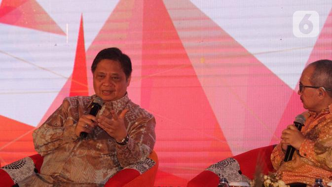 Menteri Koordinator Bidang Perekonomian Airlangga Hartarto (kiri) menyampaikan paparan dalam seminar nasional di Auditorium Adhiyana, Jakarta, Senin (3/2/2020). Seminar tersebut mengangkat tema 'Membangun Optimisme dan Peluang di Tengah Ketidakpastian'. (Liputan6.com/Angga Yuniar)