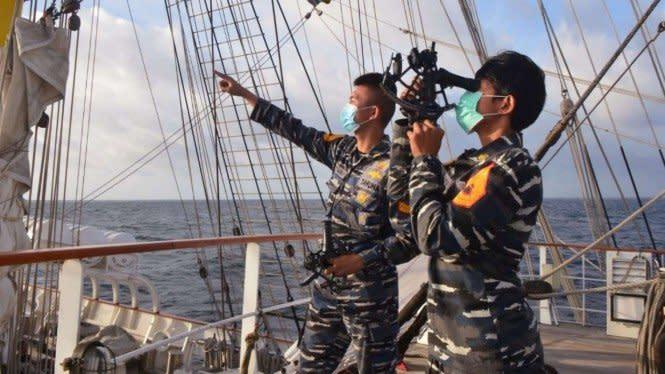Taruna TNI AL Dilatih Menghitung Titik Kapal dengan Alat Sextant