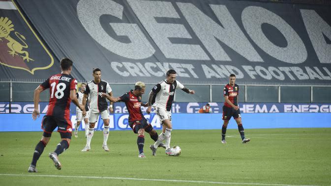 Pemain Juventus Federico Bernardeschi (kedua kanan) berebut bola dengan pemain Genoa pada pertandingan Serie A di Stadion Luigi Ferraris, Genoa, Italia, Selasa (30/6/2020). Juventus kokoh memuncaki klasemen sementara usai mengalahan Genoa 3-1. (Tano Pecoraro/LaPresse via AP)
