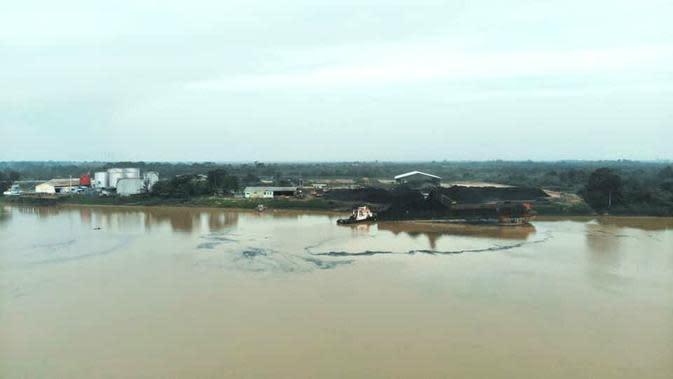 Foto udara sungai Batanghari di Desa Muara Jambi tercemar batu bara. Setiap tahun warga mengeluhkan debu hitam dari aktivitas stockpile batu bara. (Liputan6.com/Istimewa)