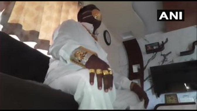 Pria ini buat masker dengan emas seberat 2,3 kilogram. (Sumber: Twitter/Ani News)