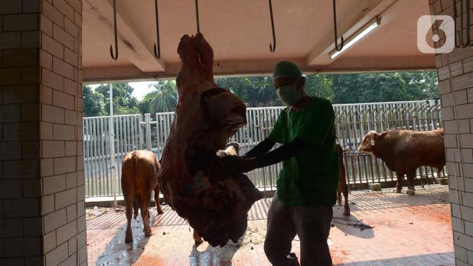 Panitia memakai masker dan pelindung wajah saat memotong daging kurban di RPH Masjid Istiqlal, Jakarta, Sabtu (1/8/2020). Daging kurban ini nantinya akan diantarkan dari rumah ke rumah kepada penerima berdasarkan hasil survei pihak Masjid Istiqlal. (merdeka.com/Imam Buhori)