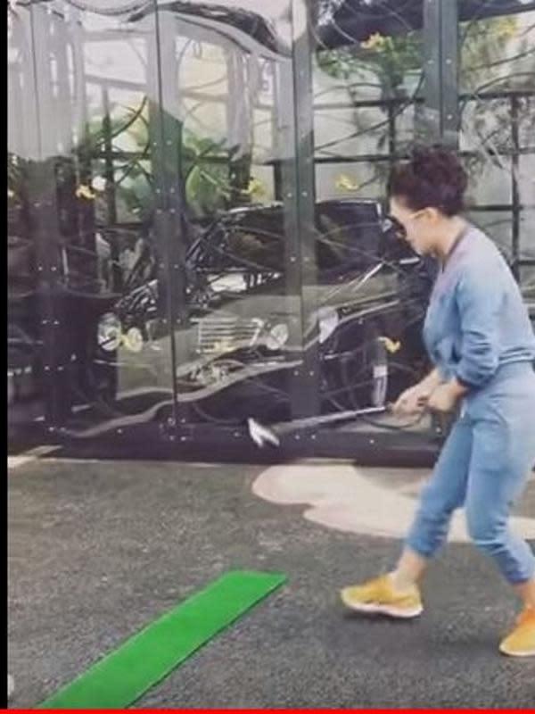 Syahrini sedang asyik berlatih bermain golf (YouTube/Syahrini)