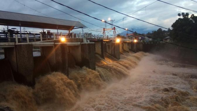 Ketinggian air di Bendung Katulampa Bogor, Jawa Barat naik pada Kamis (25/4/2019) malam. (Liputan6.com/Achmad Sudarno)