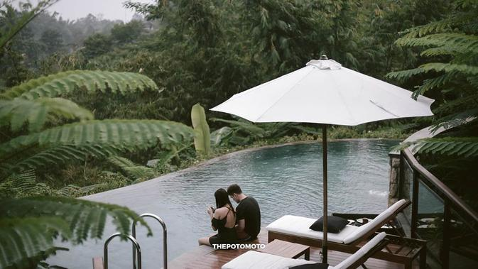 Selain menikmati bulan madu, pasangan ini juga melakukan photoshoot di pinggir kolam renang dengan berlatar belakang pemandangan yang hijau. (Instagram/audimarissa)