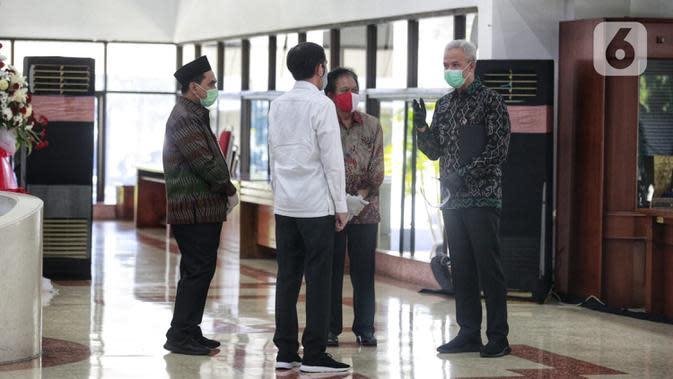 Gubernur Jawa Tengah Ganjar Pranowo (kanan) berbincang dengan Presiden Joko Widodo atau Jokowi di Gedung Gradhika Bhakti Praja, Kompleks Kantor Gubernur Jawa Tengah, Semarang, Selasa (30/6/2020). Jokowi melakukan kunjungan kerja beberapa wilayah di Jawa Tengah. (Liputan6.com/Gholib)