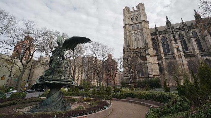 Katedral St. John the Divine yang akan menjadi rumah sakit lapangan untuk menangani pasien virus corona (Covid-19) di New York, 7 April 2020. Pejabat katedral mengatakan, rumah sakit darurat tersebut diharapkan sudah bisa digunakan dalam sepekan ke depan. (Bryan R. Smith/AFP)