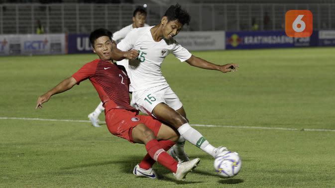 Pemain Timnas Indonesia U-19, Muhammad Salman Alfarid, berduel dengan pemain bertahan Hong Kong U-19 dalam laga kedua Grup K Kualifikasi Piala AFC U-19 2020 yang digelar di Stadion Madya, Jakarta, Jumat (8/11/2019). (Bola.com/Yoppy Renato)