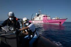 Penjaga pantai Italia datang untuk membantu kapal penyelamat yang didanai Banksy