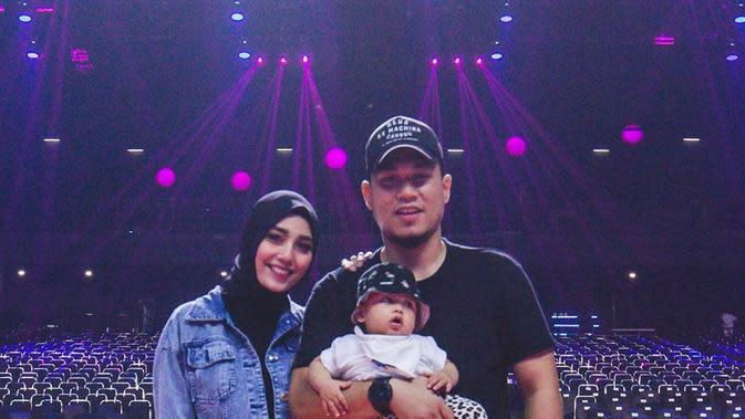 Rizal Armada dan istri asuh anak (Sumber: Instagram/rizalarmada)