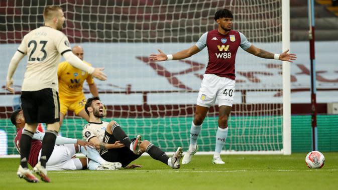 Pemain Manchester United Bruno Fernandes bereaksi saat dilanggar di kotak penalti saaat menghadapi Aston Villa pada pertandingan Premier League di Villa Park, Birmingham, Inggris, Kamis (9/7/2020). Manchester United menang 3-0. (AP Photo/Shaun Botterill, Pool)