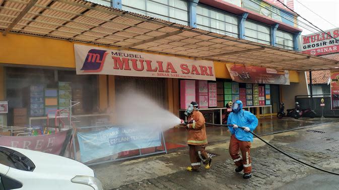 Sejumlah ruas jalan disemprot cairan disinfektan, Selasa (24/3/2020). Penyemprotan dilakukan sebagai langkah pencegahan penyebaran virus corona Covid-19 di wilayah Kota Bogor. (Liputan6/Achmad Sudarno)