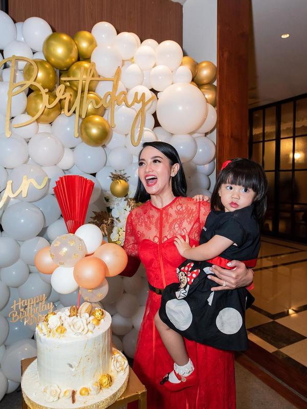 Potret bahagia Ririn mengendong putrinya. Terlihat hadir juga anak pertama, Jasmine Salsabila Abeng pernikahannya dengan pengusaha Edwin Abeng. (Instagram/ririnekawati)