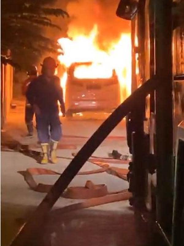 Momen mobil Via Vallen terbakar orang tak dikenal. (Sumber: Instagram/@mellross_08)