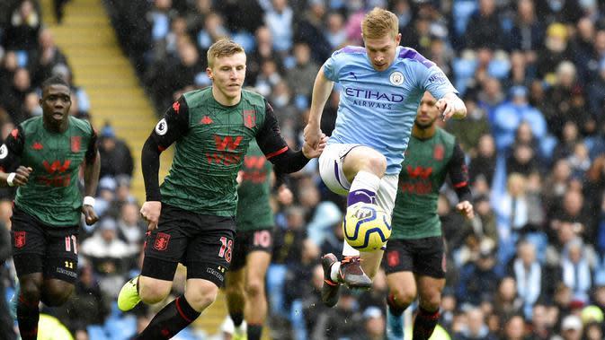 Gelandang Manchester City, Kevin De Bruyne, mengontrol bola ke gawang Aston Villa pada laga Premier League 2019 di Stadion Etihad, Sabtu (26/10). Manchester City menang 3-0 atas Aston Villa. (AP/Rui Vieira)