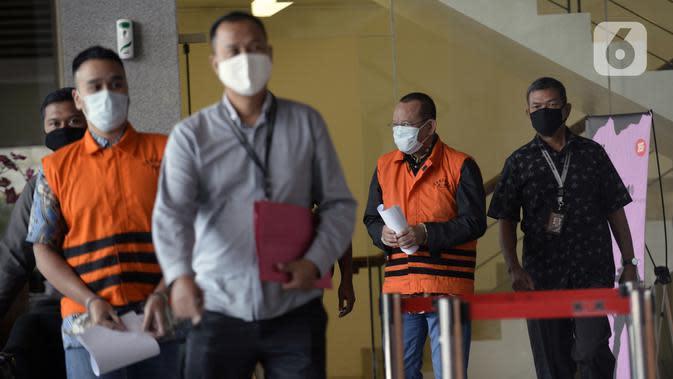 Mantan Sekretaris MA Nurhadi (kedua kanan) dan menantunya Rezky Hebriyono (kedua kiri) memakai rompi tahanan usai ditangkap KPK di Gedung KPK, Jakarta, Selasa (2/6/2020). Nurhadi beserta menantunya menjadi DPO sejak pertengahan Februari 2020. (merdeka.com/Dwi Narwoko)