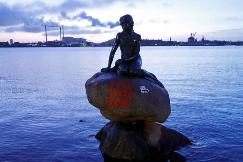"""Patung Little Mermaid di Denmark dicoreti """"Bebaskan Hong Kong"""""""