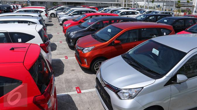 Sejumlah mobil Toyota Calya dan Daihatsu Sigra di pabrik PT Astra Daihatsu Motor, Karawang,Jawa Barat, Selasa (2/8). Kolaborasi Toyota dan D