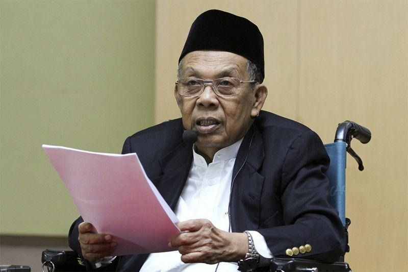 Former Chief Justice of Malaysia, Tun Abdul Hamid Mohamad delivers his speech during the implementation of Hudud in Malaysia seminar at Masjid Tuanku Mizan Zainal Abidin in Putrajaya, April 1, 2015. — Picture by Yusof Mat Isa