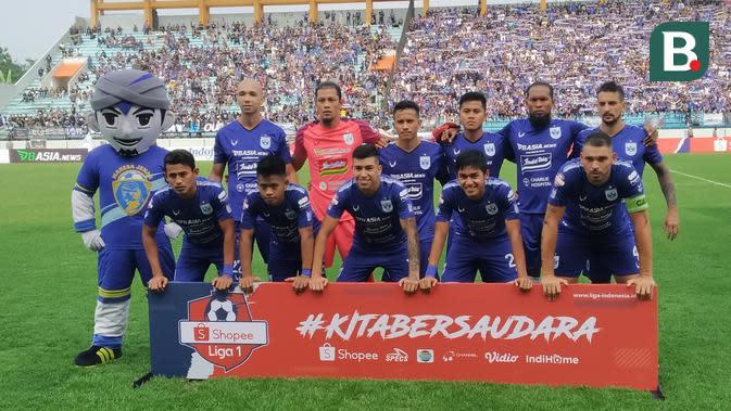 Skuat PSIS Semarang sebelum laga kontra Arema FC di Stadion Moch Soebroto, Magelang, Sabtu (14/3/2020). (Bola.com/Vincentius Atmaja)