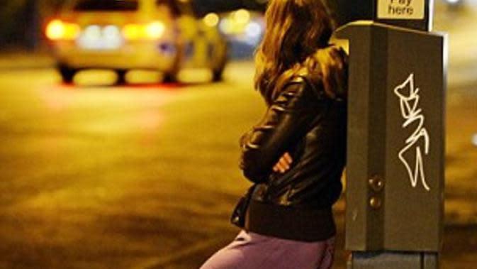Keputusan pemerintah yang 'melegalkan' prostitusi membuat halaman rumah ibu ini 'dihiasi' kondom.