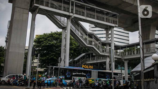 Kendaraan melintas di bawah halte Transjakarta CSW di Jalan Sisingamangaraja, Jakarta, Rabu (15/1/2020). Pemprov DKI akan mendesain ulang halte ini untuk nantinya terintegrasi dengan MRT Stasiun ASEAN dan bus Transjakarta yang direncanakan berlangsung pada Januari 2020. (Liputan6.com/Faizal Fanani)