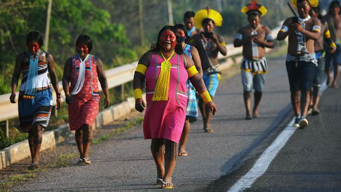 Masyarakat suku Kayapo saat turun ke jalan melakukan blokir jalan raya utama Trans-Amazonian di Novo Progresso di Negara Bagian Para, Brasil (17/8/2020). (AFP Photo/Carl De Souza)