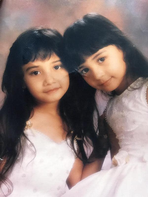 Potret menggemaskan Shireen Sungkar dan Zaskia Sungkar saat masih kecil. Seperti diketahui, istri Teuku Wisnu itu lahir pada 28 Januari 1992 sedangkan Zaskia 22 Desember 1990. Keduanya seperti anak kembar. (Instagram/shireensungkar)