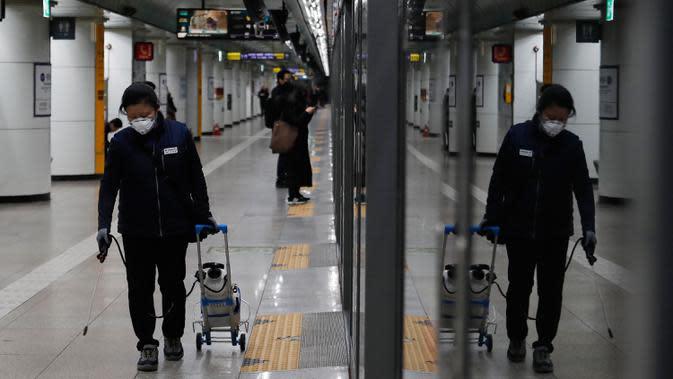 Seorang petugas melakukan disinfeksi di platform stasiun kereta bawah tanah di Seoul, Korea Selatan, Selasa (28/1/2020). Korea Selatan telah mengonfirmasi kasus virus corona ke-4 di negaranya pada Senin (27/1/2020), setelah sebelumnya hanya 3 orang yang terinfeksi. (AP Photo/Ahn Young-joon)