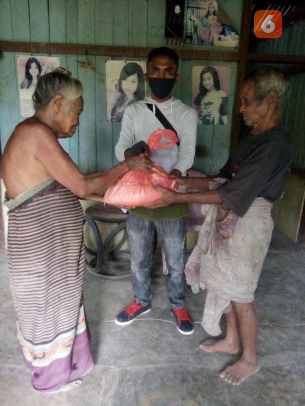 Foto : Kelompok pemuda peduli di NTT menyalurkan bantuan sosial untuk warga desa di Kabupaten Malaka, NTT (Liputan6.com/Ola Keda)
