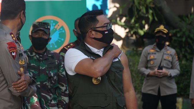 Gubernur Jawa Barat Ridwan Kamil mendapatkan vaksin Covid-19 pertamanya dalam keikutsertaannya sebagai relawan uji klinis di Puskesmas Garuda, Kota Bandung, Jumat (28/8/2020). (Liputan6.com/Huyogo Simbolon)