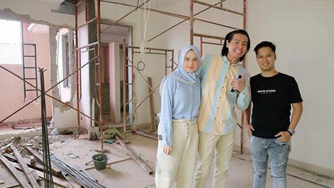 Roger dan Cut Meyriska bersama orang yang dipercaya membuat desain rumahnya. Tampak dibelakang pasangan yang telah dikaruniai seorang anak itu masih dalam proses pengerjaan. Terlihat dari status lokasinya, rumah baru pasangan ini di kawasan Kemang, Jakarta Selatan. (Instagram/rogerojey)