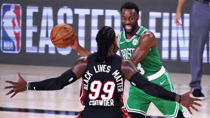 Pebasket Boston Celtics, Kemba Walker, berusaha melewati pebasket Miami Heat, Jae Crowder, pada pada gim ketiga final Wilayah Timur di Lake Buena Vista, Sabtu (19/9.2020). Boston Celtics menang dengan skor 117-106. (AP/Mark J. Terrill)