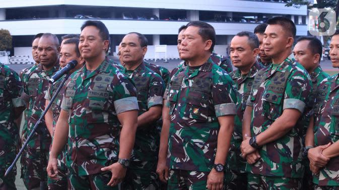 KSAD Jenderal TNI Andika Perkasa (kiri) memberi keterangan pers di Mabes TNI AD, Jakarta, Rabu (9/10/2019). (Liputan6.com/Pool/Dispen TNI AD)
