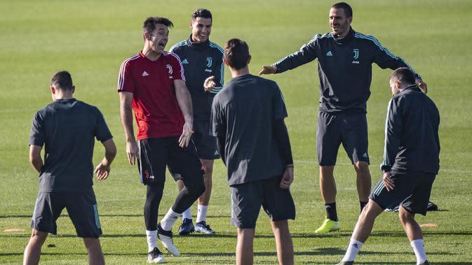Para pemain Juventus saat mengikuti sesi latihan tim di Juventus Training Center di Turin (5/11/2019). Juventus akan bertanding melawan wakil Rusia, Lokomotiv Moscow pada Grup D Liga Champions di RZD Arena. (Marco Bertorello / AFP)