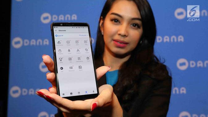 Seorang wanita menunjukkan layanan DANA di Jakarta, Rabu(21/3). DANA, Dompet Digital Indonesia merupakan sebuah layanan dari perusahaan rintisan (start up) di bidang teknologi finansial. (Liputan6.com/Angga Yuniar)
