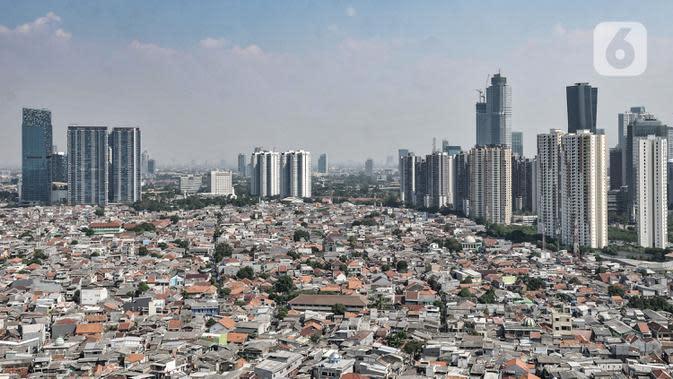 Pandangan udara permukiman warga dan gedung pencakar langit di Jakarta, Senin (27/7/2020). Menteri Keuangan Sri Mulyani mengatakan pertumbuhan ekonomi di DKI Jakarta mengalami penurunan sekitar 5,6 persen akibat wabah Covid-19. (merdeka.com/Iqbal S. Nugroho)