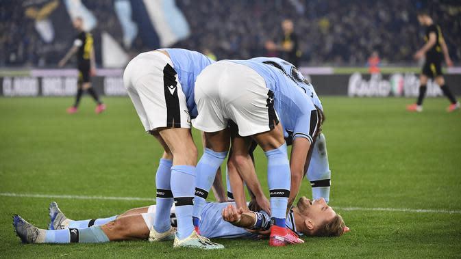 Penyerang Lazio, Ciro Immobile berselebrasi usai mencetak gol ke gawang Inter Milan pada pertandingan lanjutan Liga Serie A Italia di stadion Olimpiade Roma, Minggu, (16/2/2020). Lazio menang 2-1 atas Inter Milan. (Alfredo Falcone/LaPresse via AP)