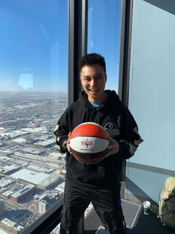 Selain menyaksikan kemeriahan dan momen istimewa NBA All-Star 2020, Baim Wong mengunjungi tempat-tempat menarik di sana. Salah satunya di Skydeck di Willis Tower, Chicago. Potret Baim ceria sambil memegang bola (Foto: dok. Istimewa)
