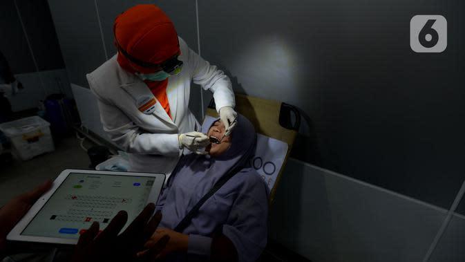 Tim dokter memeriksa gigi pasien saat pemeriksaan gigi gratis di Stasiun MRT Bundaran HI, Jakarta, Rabu (4/12/2019). Pemeriksaan tersebut untuk penyandang disabilitas yang menjadi penumpang MRT serta edukasi cara merawat gigi yang benar. (merdeka.com/Imam Buhori)