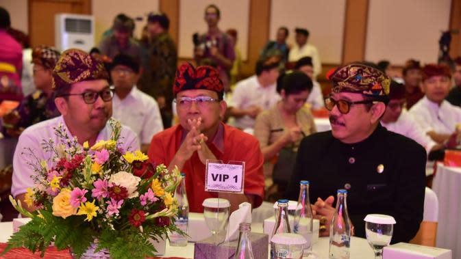 Gubernur Bali Wayan Koster didampingi sejumlah pejabat mencoba merumuskan kebijakan paket pariwisata agar pariwisata Bali tak ambruk gara-gara Virus Corona (Liputan6.com/Dewi Divianta)