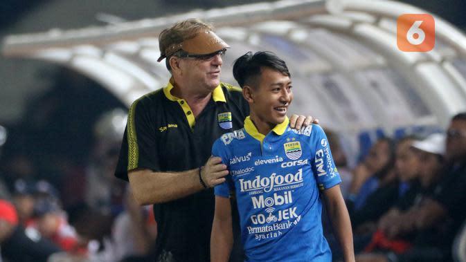 Pelatih Persib Bandung Robert Alberts bersama Beckham Putra saat melawan Persipura Jayapura pada laga Liga 1 2019 di Stadion Si Jalak Harupat, Bandung, Sabtu (18/5). Persib menang 3-0 atas Persipura. (Bola.com/M Iqbal Ichsan)