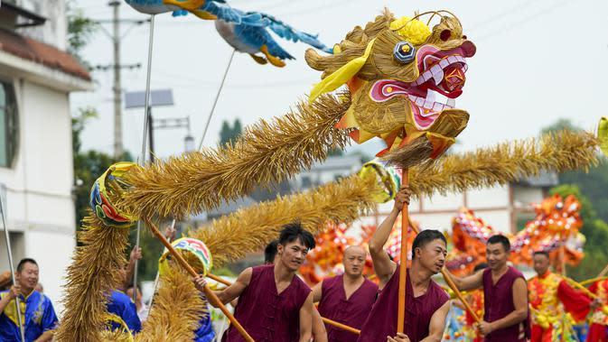 Warga desa menampilkan pertunjukan tari naga di Distrik Tongliang di Chongqing, China barat daya (19/9/2020). Pertunjukan tari naga dan kegiatan rakyat lainnya digelar untuk merayakan festival panen petani China yang jatuh pada Equinox Musim Gugur setiap tahunnya. (Xinhua/Liu Chan)