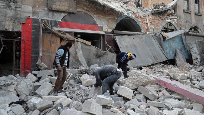 Warga mencari korban dari puing-puing bangunan setelah serangan udara rezim di Kota Ariha, Idlib, Suriah, Rabu (15/1/2020). Idlib telah mengalami peningkatan pemboman dalam beberapa pekan terakhir. (Omar HAJ KADOUR/AFP)