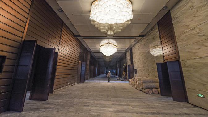 Foto yang diabadikan pada 25 Agustus 2020 ini menunjukkan proyek pembangunan tahap dua gedung Hainan International Convention and Exhibition Center di Haikou, Provinsi Hainan, China selatan. Pekerjaan utama proyek tersebut telah rampung belum lama ini. (Xinhua/Pu Xiaoxu)