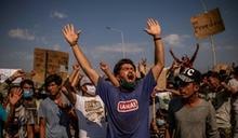 希臘離島難民示威想去歐洲 遭警方催淚瓦斯驅散