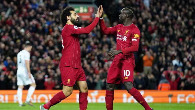 Pemain Liverpool Mohamed Salah (kiri) merayakan bersama Sadio Mane usai mencetak gol ke gawang Sheffield United pada pertandingan lanjutan Liga Inggris di Anfield Stadium, Liverpool, Inggris, Kamis (2/1/2020). Liverpool menang 2-0. (AP Photo/Jon Super)