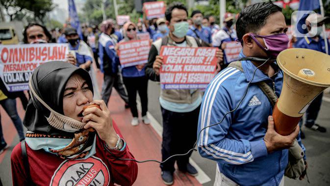 Massa yang tergabung dalam Front Perjuangan Rakyat (FPR) berorasi saat melakukan unjuk rasa di Jalan Gerbang Pemuda, Senayan, Jakarta, Jumat (14/8/2020). Dalam aksinya mereka menolak rencana pengesahan RUU Cipta Kerja atau omnibus law. (Liputan6.com/Faizal Fanani)