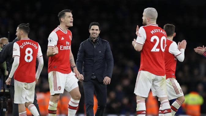Ekspresi pelatih Arsenal Mikel Arteta (tengah) dan para pemainnya usai mengalahkan Everton pada pertandingan Liga Inggris di Emirates Stadium, London, Minggu (23/2/2020). Arsenal menang 3-2. (AP Photo/Kirsty Wigglesworth)