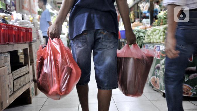 Warga menggunakan kantong plastik saat berbelanja di Pasar Tebet Barat, Jakarta, Kamis (6/2/2020). Masih banyak pedagang maupun pembeli yang menggunakan kantung plastik sebagai tempat bawaan membawa belanjaan. (merdeka.com/Iqbal S Nugroho)